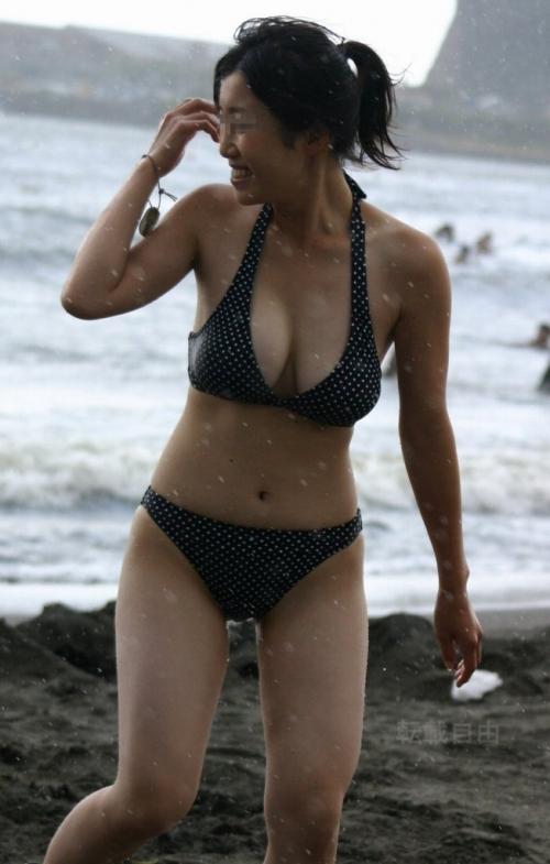 jcの健康的な乳輪が浮かび上がる水着の盗撮エロ画像6枚目