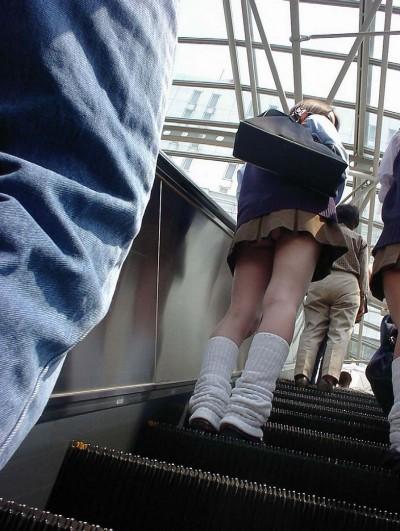 jkのミニスカ下着のエスカレーター逆さ撮り盗撮エロ画像6枚目
