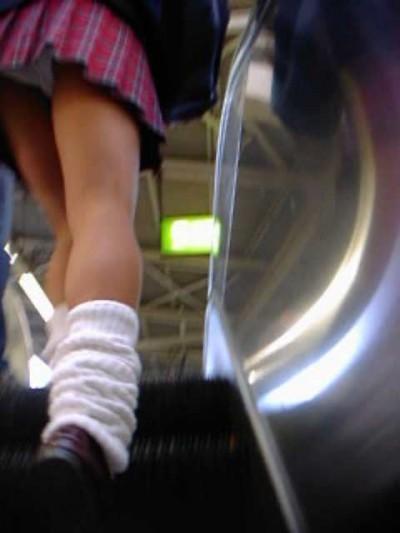 jkのミニスカ下着のエスカレーター逆さ撮り盗撮エロ画像16枚目