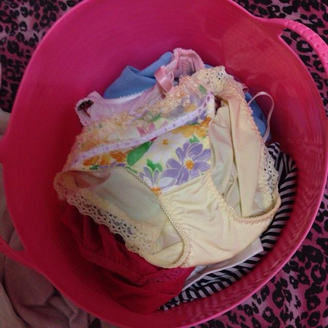 洗濯前下着のクロッチが汚れて匂う盗撮のエロ画像4枚目