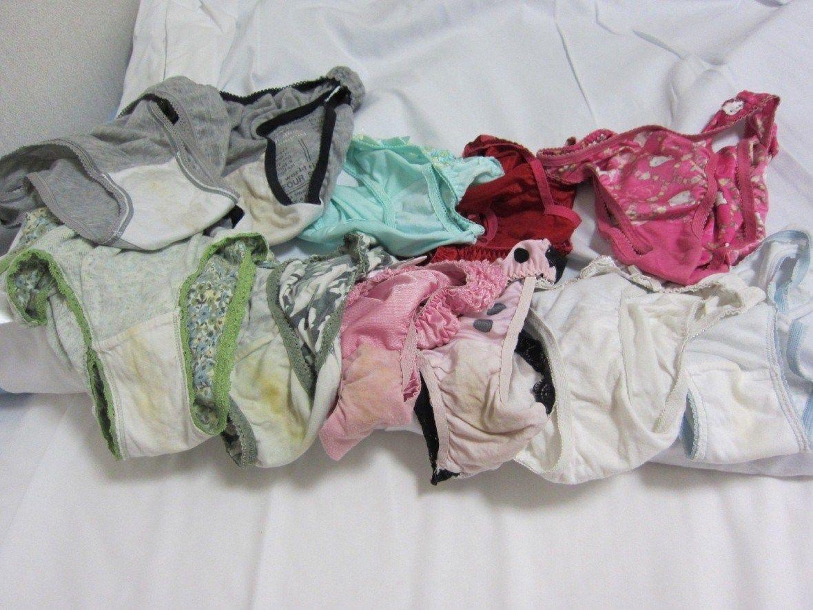 洗濯前下着のクロッチが汚れて匂う盗撮のエロ画像10枚目