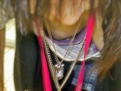 バレないようにキャバ嬢の胸チラ谷間を盗撮したエロ画像9枚目