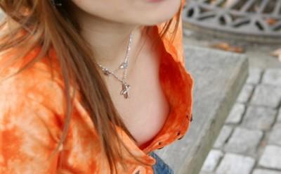 保母さんの胸チラ乳首のノーブラ魅惑盗撮エロ画像8枚目