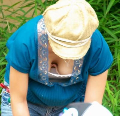 保母さんの胸チラ乳首のノーブラ魅惑盗撮エロ画像13枚目