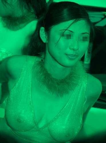 カーニバルで赤外線盗撮された巨乳美女のエロ画像