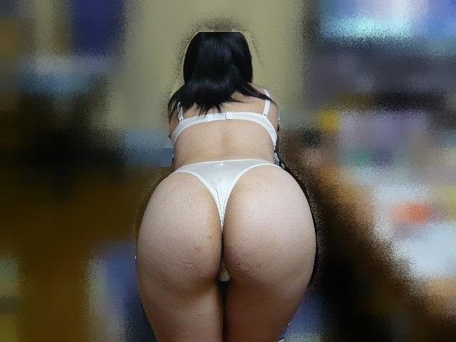 不倫人妻にTバック下着を履かせて撮らせたエロ画像