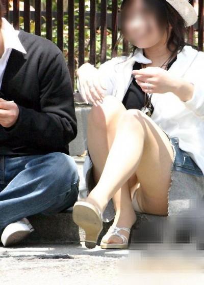 女子大生が街撮りされたしゃがみ三角下着の盗撮エロ画像2枚目