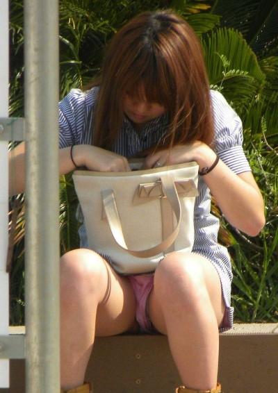 女子大生が街撮りされたしゃがみ三角下着の盗撮エロ画像7枚目