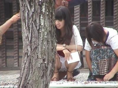 女子大生が街撮りされたしゃがみ三角下着の盗撮エロ画像8枚目