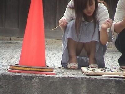 女子大生が街撮りされたしゃがみ三角下着の盗撮エロ画像9枚目
