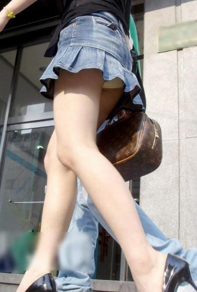 女子大生が街撮りされたしゃがみ三角下着の盗撮エロ画像12枚目