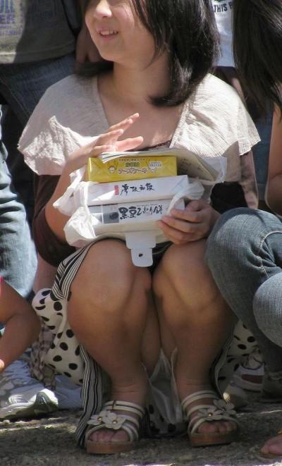 女子大生が街撮りされたしゃがみ三角下着の盗撮エロ画像13枚目