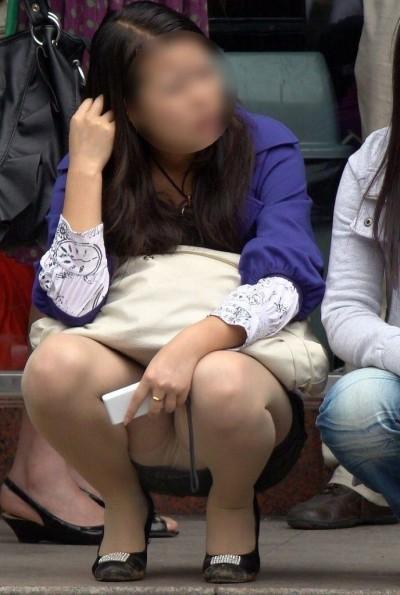 女子大生が街撮りされたしゃがみ三角下着の盗撮エロ画像14枚目