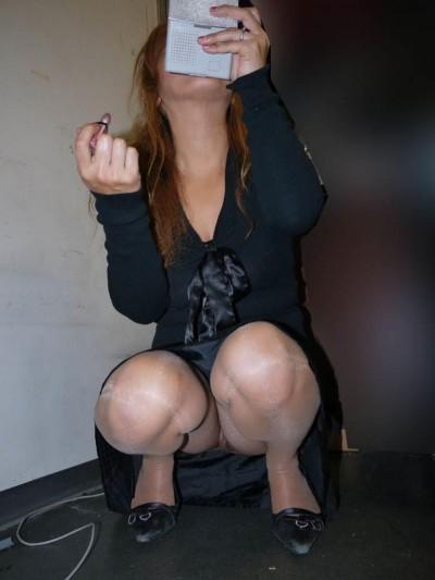 女子大生が街撮りされたしゃがみ三角下着の盗撮エロ画像15枚目