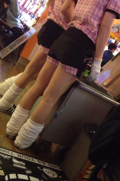 パチンコ屋店員の制服の隙間から盗撮した下着エロ画像4枚目
