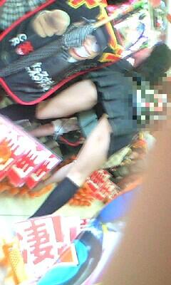 パチンコ屋店員の制服の隙間から盗撮した下着エロ画像14枚目
