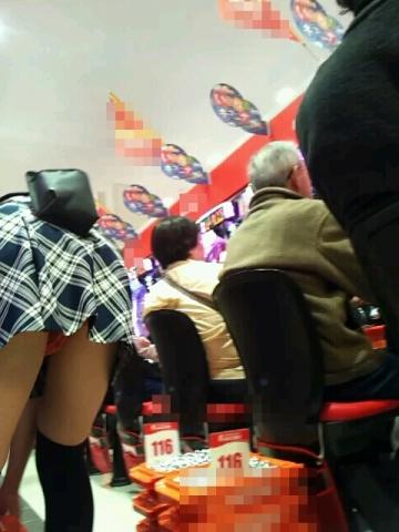 パチンコ店員の制服がメイド服の過剰サービスエロ画像3枚目