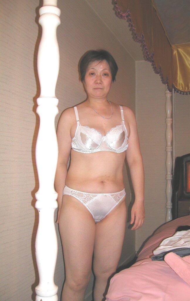 妖艶な超熟女が下着姿で不倫手コキの淫乱なエロ画像9枚目