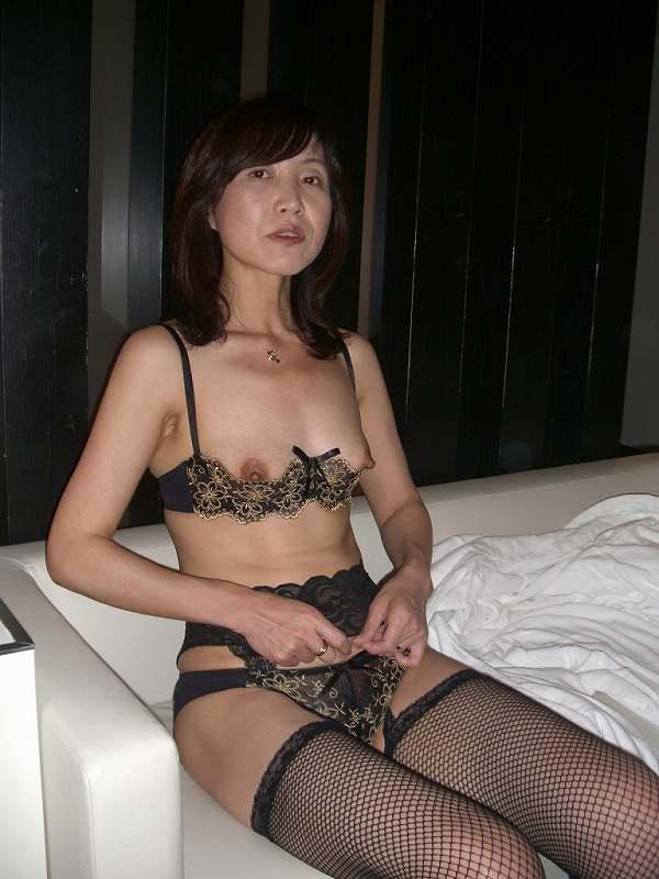 スレンダーな超熟女の不倫人妻下着姿のエロ画像