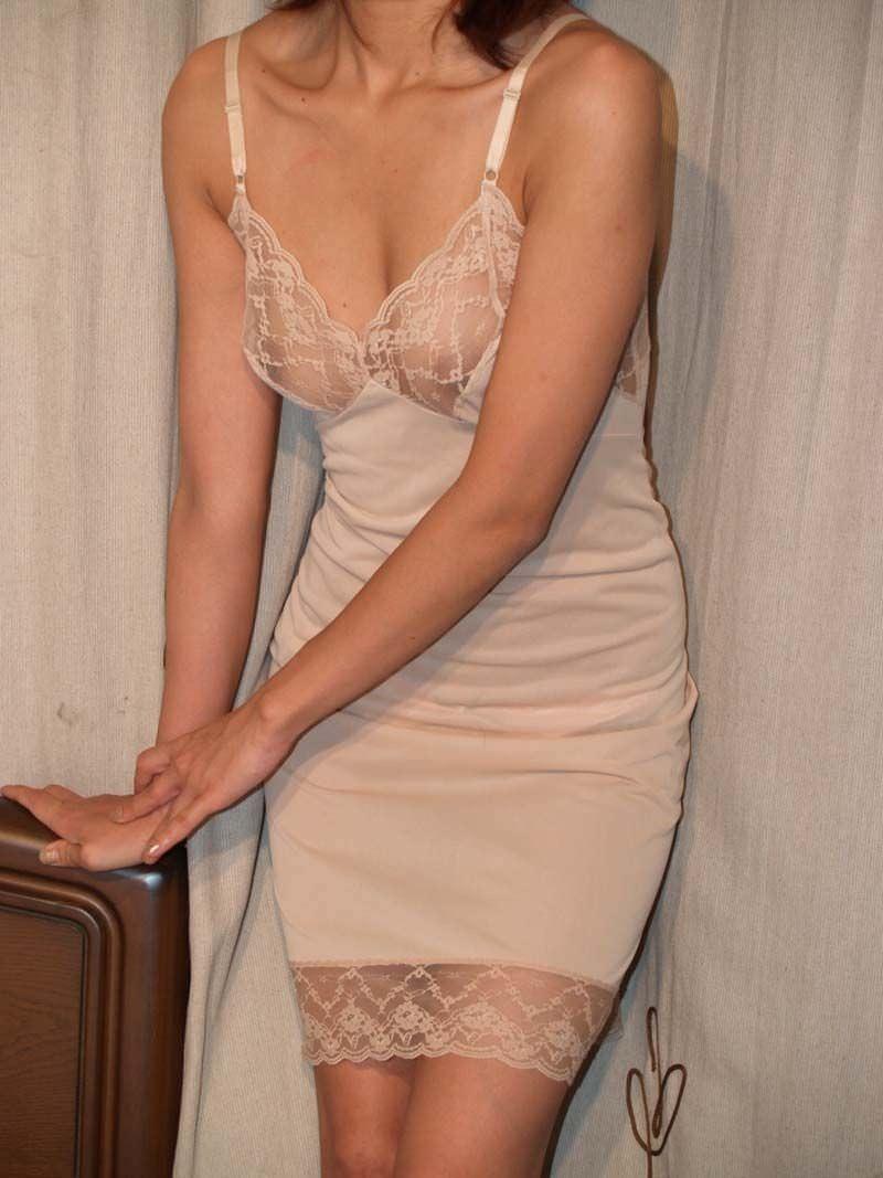 スレンダーな超熟女の不倫人妻下着姿のエロ画像16枚目