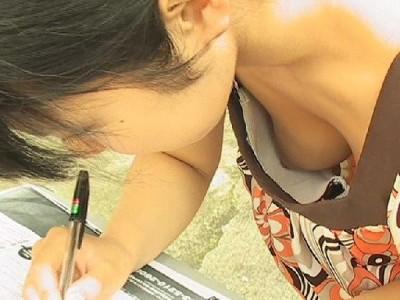 女子大生が砂浜ではしゃぐ胸チラおっぱい盗撮エロ画像7枚目