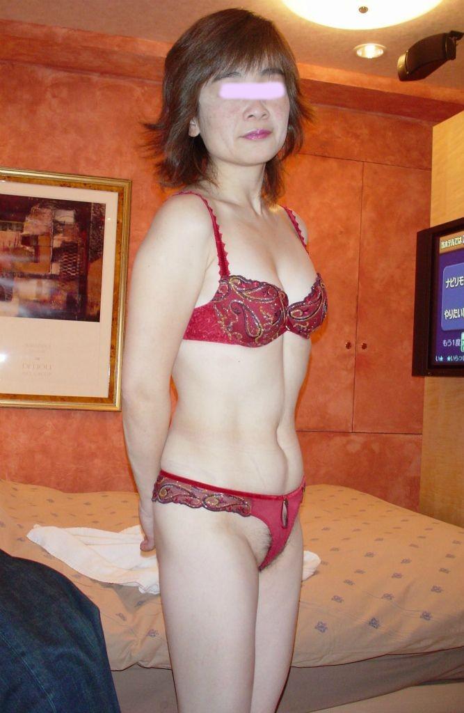 不倫している超熟女のTバック下着姿のエロ画像