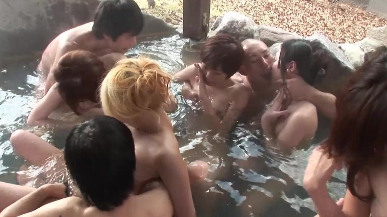 ピンクコンパニオンもお客も全裸での温泉宴会エロ画像6枚目