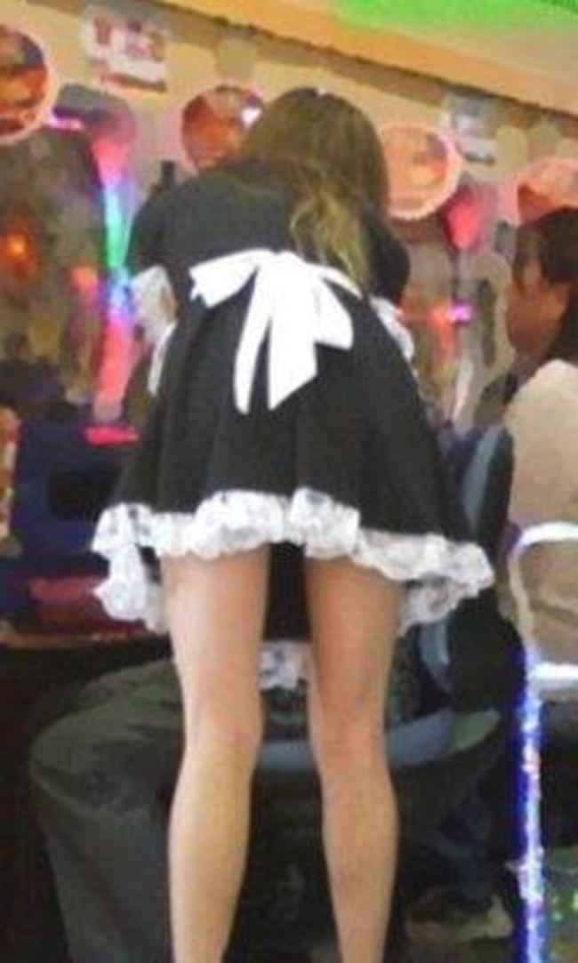 メイド服で接客するパチンコ店員の下着盗撮エロ画像