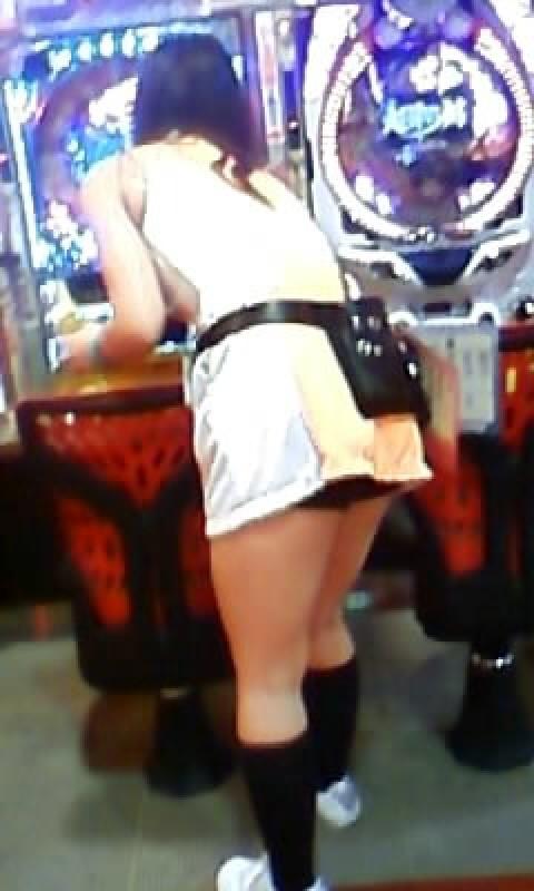 パチンコ店員がメイド服で接客する下着盗撮エロ画像12枚目