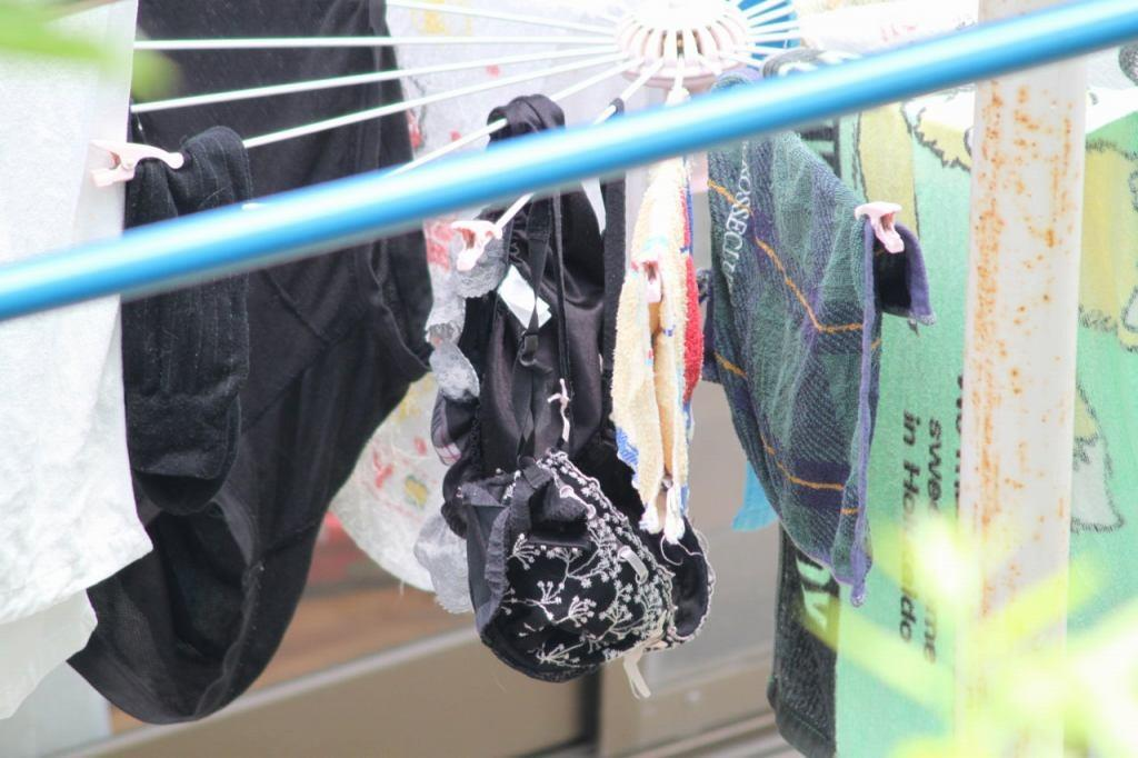 黒くてセクシーなベランダの下着盗撮エロ画像1枚目