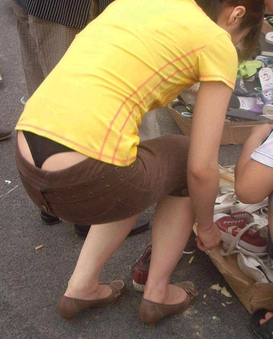 若妻がわざとローライズを露出して男を誘惑のエロ画像10枚目