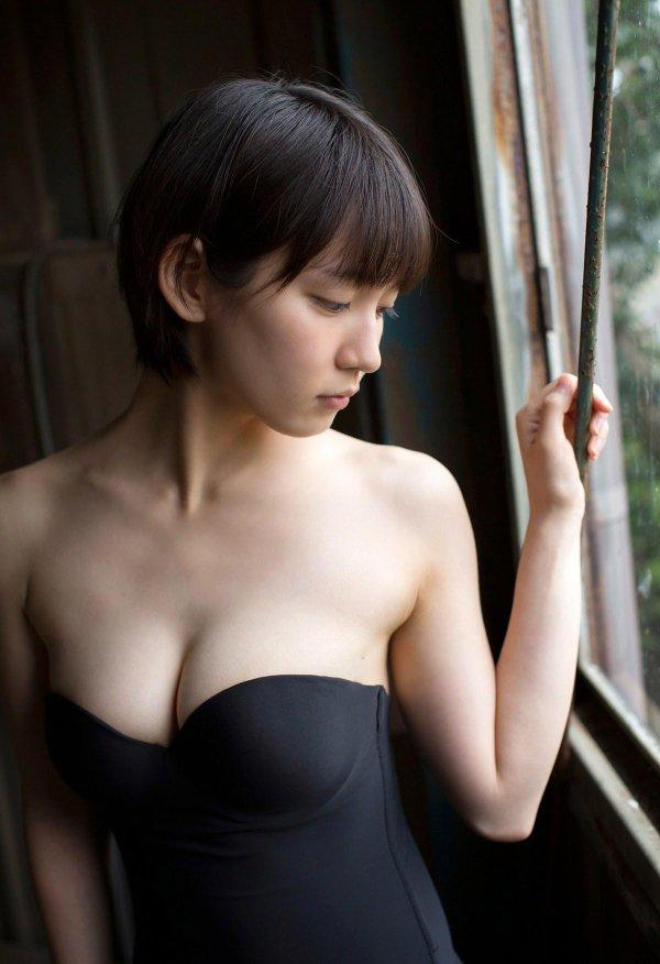 吉岡里帆の狭すぎるパイズリ谷間が卑猥で魅惑のエロ画像6枚目