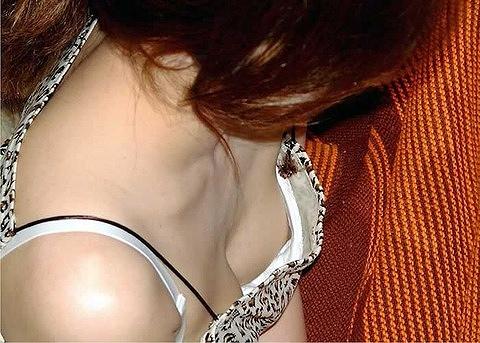 処女jk妹の胸チラでピンク色の乳首が露出盗撮エロ画像8枚目