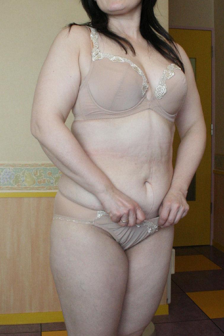 不倫人妻の抜群スタイルと巨乳の露出誘惑淫乱エロ画像12枚目
