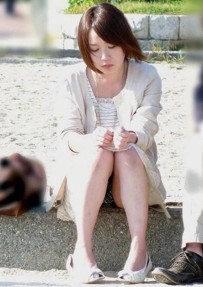 デート中に三角パンチラを盗撮される女子大生エロ画像