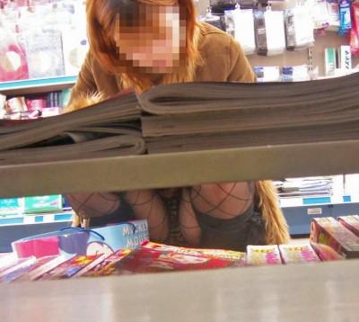 デート中に三角パンチラを盗撮される女子大生エロ画像3枚目