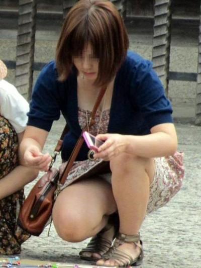 デート中に三角パンチラを盗撮される女子大生エロ画像6枚目