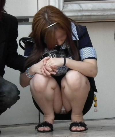 デート中に三角パンチラを盗撮される女子大生エロ画像9枚目