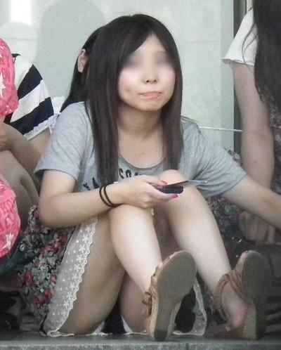 デート中に三角パンチラを盗撮される女子大生エロ画像10枚目