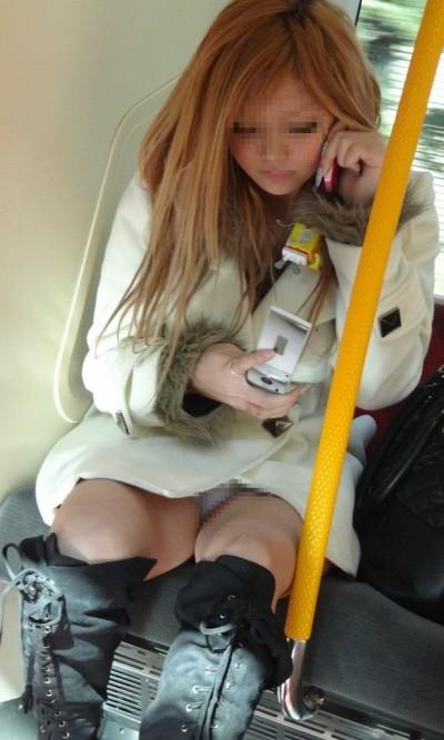 デート中に三角パンチラを盗撮される女子大生エロ画像12枚目