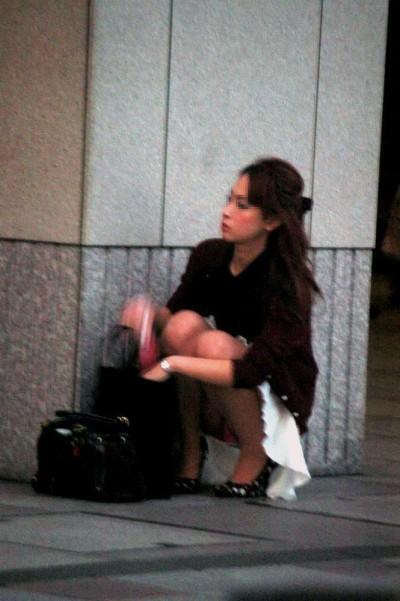 デート中に三角パンチラを盗撮される女子大生エロ画像16枚目