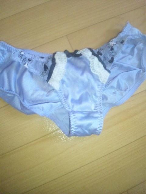 jk妹のおしっこが漏れた臭うクロッチ下着盗撮エロ画像3枚目