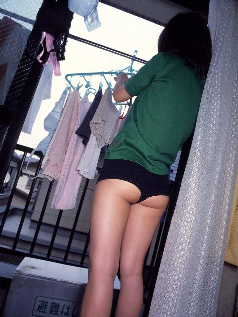 人妻がスレンダーなセクシー下着で誘惑の不倫エロ画像4枚目