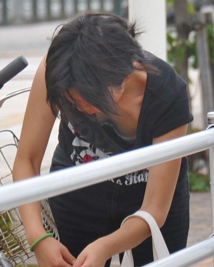 自転車の鍵をするjk妹の胸チラブラチラ盗撮エロ画像