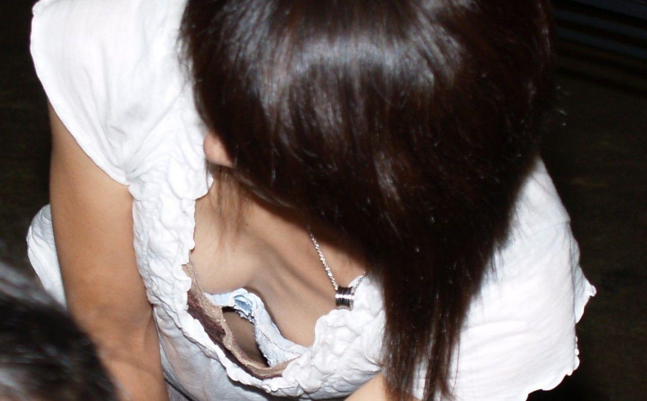 JK妹が自転車の鍵をする胸チラブラチラの盗撮エロ画像9枚目