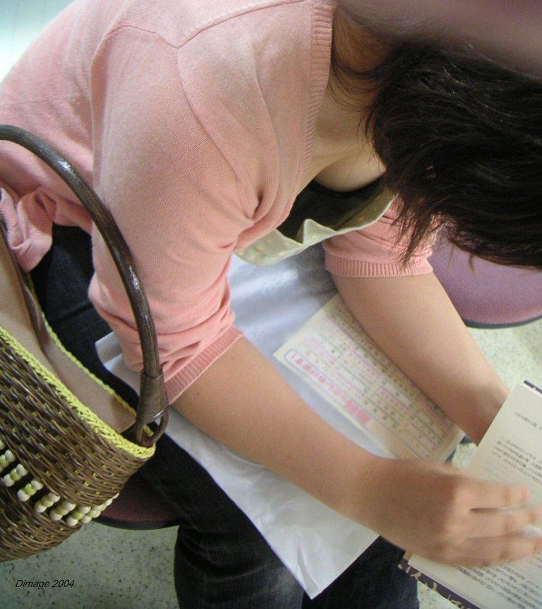 jk妹が自転車の鍵をするブラチラ胸チラの盗撮エロ画像15枚目