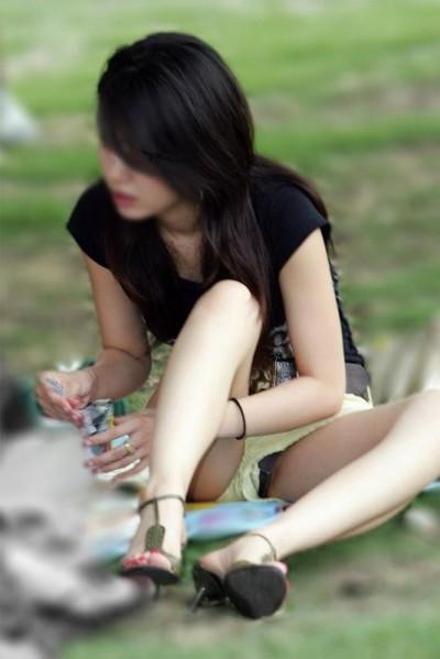 女子大生の盛りまん気味のしゃがみ下着の盗撮エロ画像10枚目
