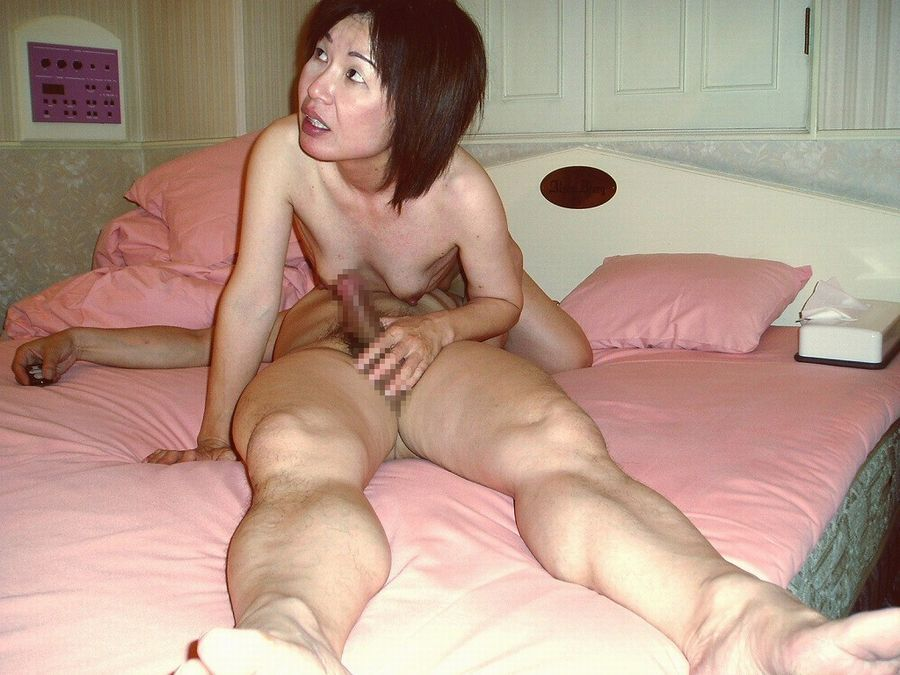 垂れ乳シックスナインフェラする不倫人妻エロ画像