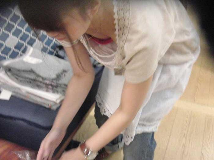 新人店員の浮きブラ胸チラの瞬間を写した盗撮エロ画像1枚目