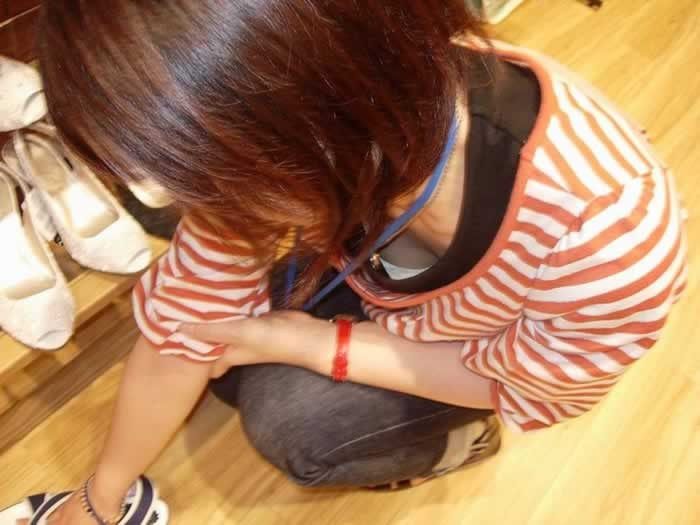 新人店員の浮きブラ胸チラの瞬間を写した盗撮エロ画像7枚目